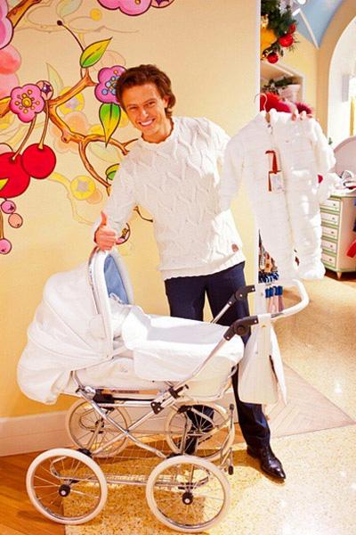 Прохор Шаляпин купил своему первенцу коляску за 300 тысяч рублей
